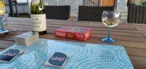 uno spil og hvidvin